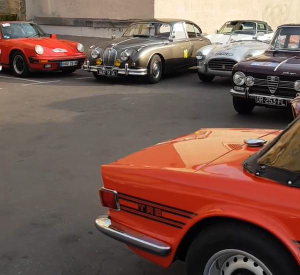 Des voitures anciennes devant le Bistro des Anges
